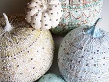 Dýně s ozdobou z heny - zdroj: http://bit.ly/18r1nwz