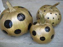 Zlaté dýně s tečkami - zdroj: http://bit.ly/1c0O21M (VintageGlamorous)