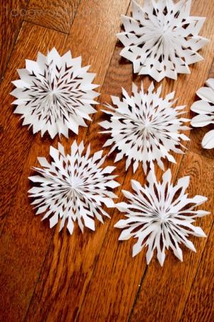 Papírové sněhové vločky - zdroj: 1dogwoof