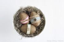 Velikonoční vajíčka s provázky - zdroj: DesignDininganDdiapers